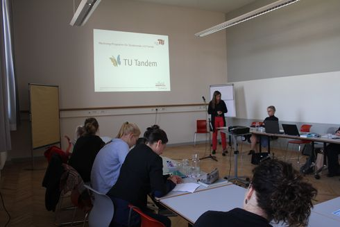 The picture shows Carola Machnik presenting the offers of the family service office at TU Berlin.
