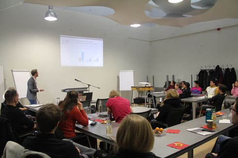 "The picture shows, Florian Meinhold presenting the survey ""Out im Office"".